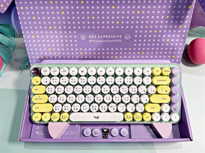 羅技POP KEYS無線機械式鍵盤開箱,可替換的表情符號鍵帽有妥善收納的位置。(黃慧雯攝)