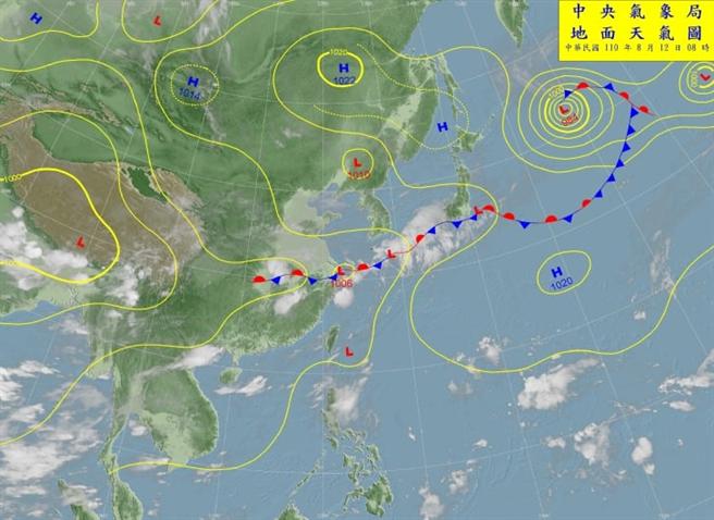天氣職人吳聖宇指出,現在的天氣圖看起來很像是6月底剛出梅時的狀態,直言今年夏天真的是怪怪的。(圖/截自吳聖宇臉書)