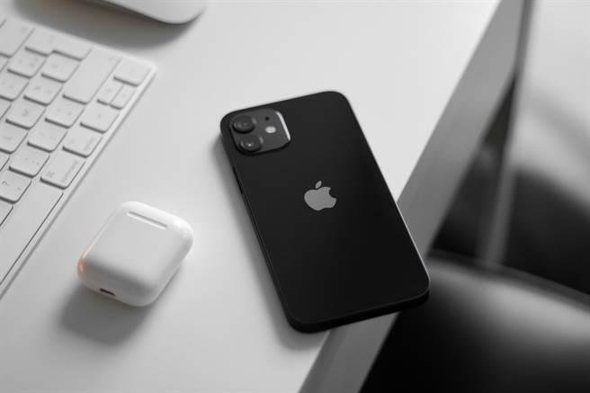 蘋果上半年銷量占9席最多榮耀回歸,iPhone 12、11(128G)成為台灣5G手機、4G手機項目熱銷冠軍。(傑昇通信提供/黃慧雯台北傳真)