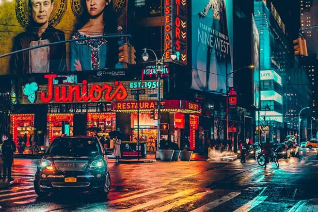 一位剛到美國的台灣人卻好奇,當地人根本不怎麼戴口罩,酒吧餐廳人滿為患「好像疫情不存在一樣」。(示意圖/Shutterstock)