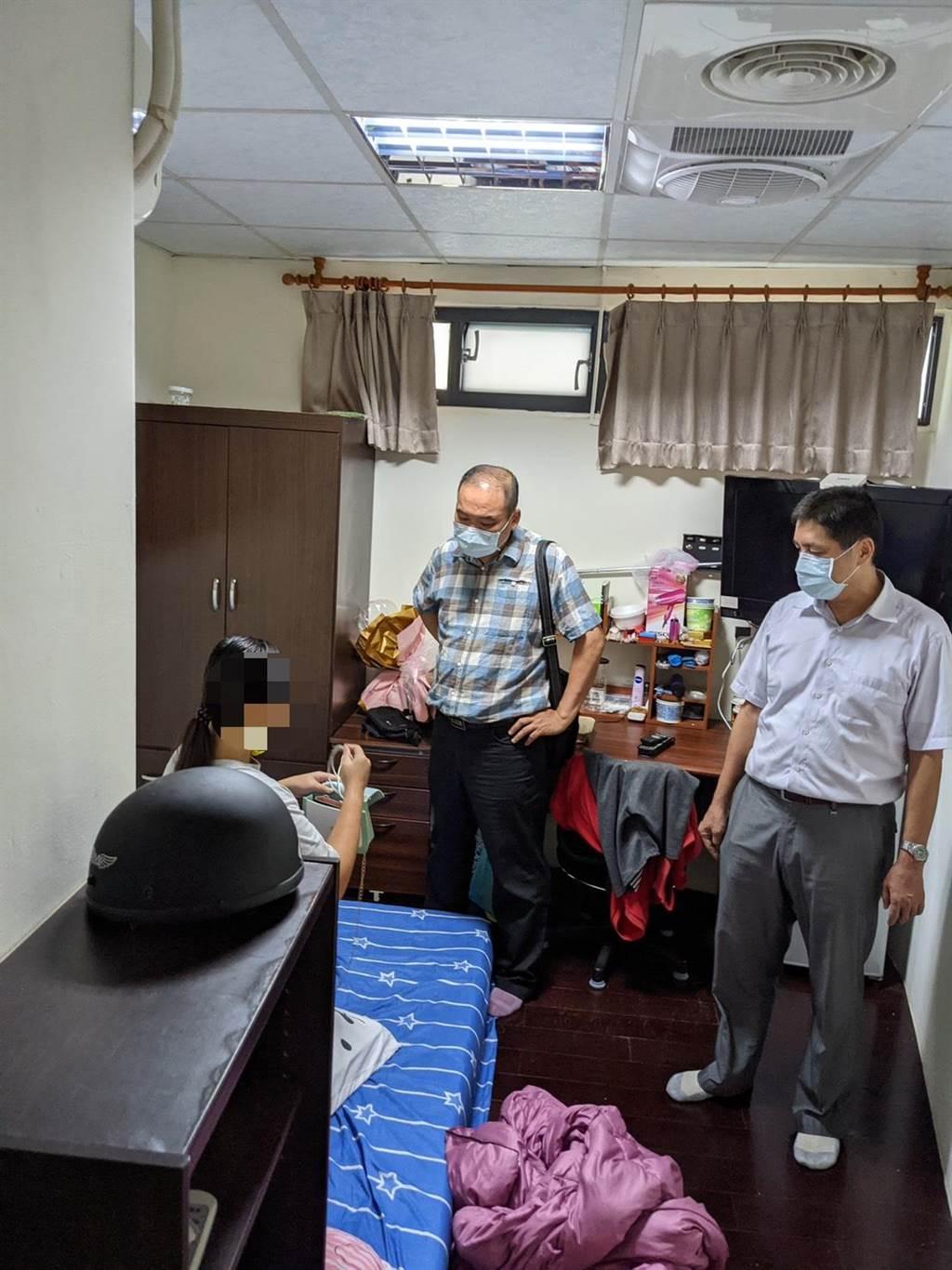 高市少年隊警方在少女的台中網友出租套房尋獲少女,讓少女家人鬆了一口氣。(翻攝照片/石秀華高雄傳真)