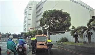 感動的背影 民眾車故障 中市警大雨中助推車