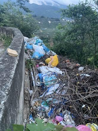 和平環山部落驚見垃圾瀑布 議員憂德基水庫遭汙染