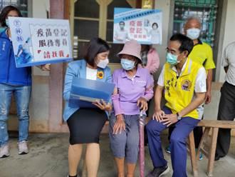 雲林縣府服務團下鄉找「網路盲」登記第二劑疫苗  老人家窩心