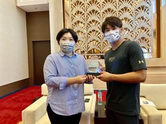 楊勇緯志在巴黎奧運摘金 顏莉敏贈「台中之光」獎牌