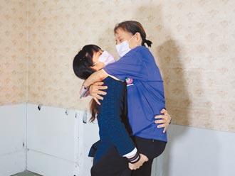 台南舉重精靈榮歸 方莞靈一把抱起媽媽