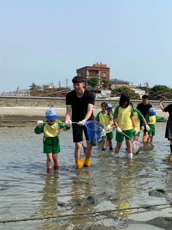 此為鄰家好漁計畫中進行偏鄉食漁教育,帶領水利國小孩童體驗清池底的活動,學童也帶回池底的漏網魚蝦,開心下課。(圖/高科大提供)