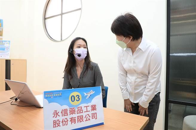 台中市海線首場全視訊徵才活動於13、14兩日登場,市長盧秀燕前往鼓勵求職者。(陳淑娥攝)