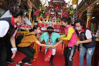 疫情下的16歲古禮一樣踴躍 台南200位學子爭鑽轎底轉大人