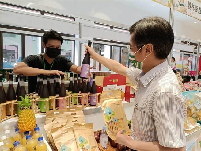 「農萊市集」以友善農業、產銷履歷主題作推廣,展售的都是中台灣農村在地特色物產。(陳淑娥攝)