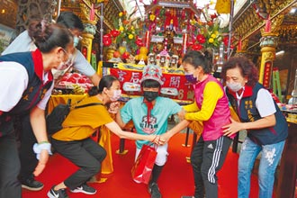 台南七夕做16歲 200學生鑽轎底