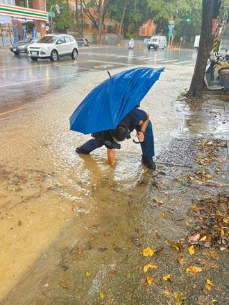 高雄清晨瞬間強降雨 蓮潭路水淹小腿肚
