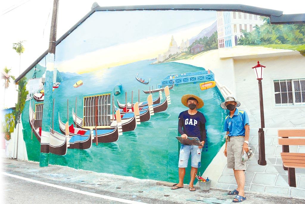 彩繪藝術家唐子發(右)與兒子唐紹鈞攜手合作,為屏東縣福田村民打造偽出國風。(林和生攝)