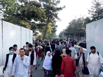 影》機場傳槍響 阿富汗人擠滿停機坪搶搭機 場面失控傳5死