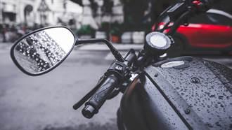 他騎車遇暴雨不爽  停紅燈「1舉動」路人全傻眼