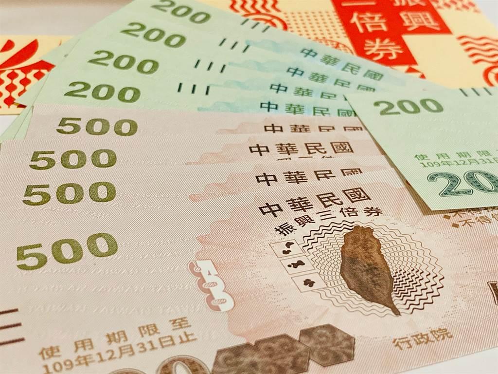 振興五倍券昨日拍板定案,全民可免付1千元,免費領5千元振興券。圖為去年行政院發放三倍券。(圖/示意圖,達志影像)