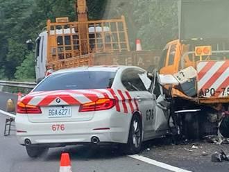 國道3芎林段紅斑馬追撞工程車 車身撞爛1警1工人受傷送醫