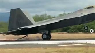 F-22突發狀況緊急降落 首次放出捕捉鉤