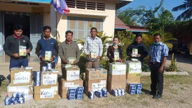 北醫大飛洋社團國際醫療衛教服務,今年募集口罩、額溫槍等物資捐往柬埔寨當地協助防疫。(圖/北醫大提供)