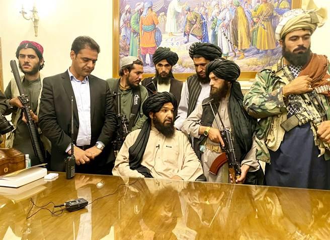 塔利班花不到2星期就進入阿富汗首都喀布爾,甚至在阿富汗總統加尼逃亡後幾小時就輕鬆佔領總統府。(圖/美聯社)