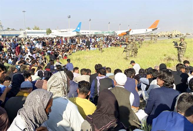 塔利班奪回阿富汗,數千阿富汗民眾湧入喀布爾機場逃難。(圖/美聯社)