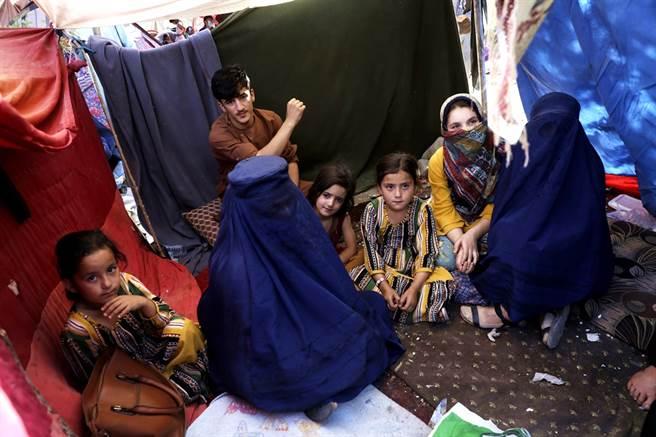 塔利班推行嚴格的伊斯蘭教律法,女性權益受到壓迫,針對塔利班重新掌權,不少阿富汗女性直言「黑暗日子回來了」。