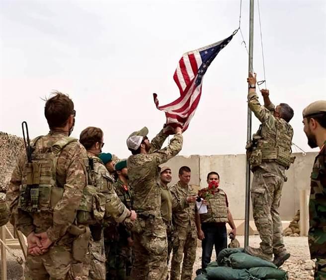 美軍撤軍阿富汗,塔利班不到2周就收復失土,華府坦言錯估阿富汗政府軍的能力。圖為7月底美軍在阿富汗南部移交軍事基地給阿富汗政府軍的畫面。(圖/美聯社)