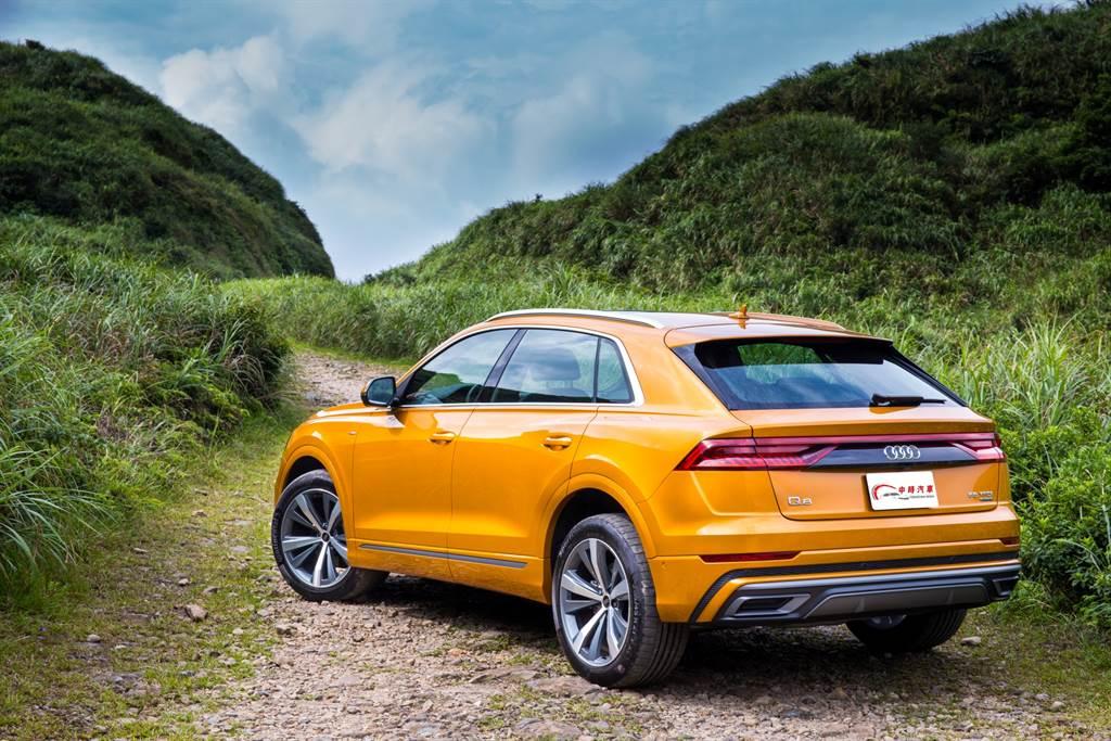 車尾充滿肌理線條的輪拱造型搭配新世代Audi極具辨識度的尾燈,可說是Q8最迷人的角度。(圖/陳彥文攝)