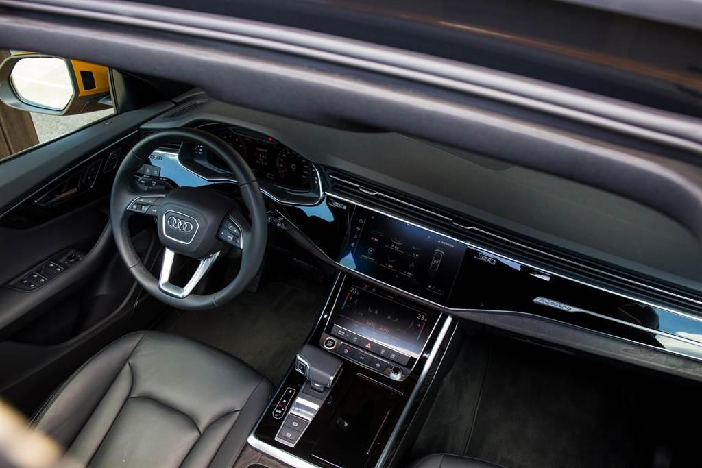 車室內部採用Audi一貫的設計理念,極具科技化且擁有相當好的人機互動介面。(圖/陳彥文攝)