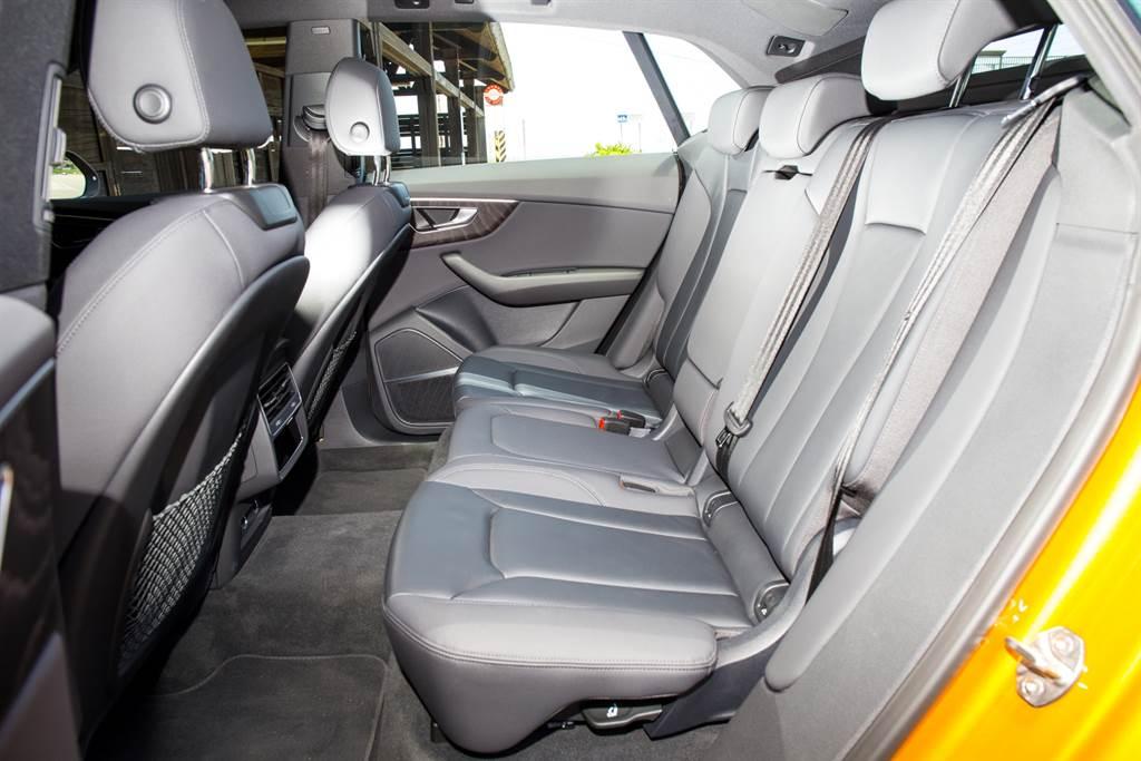 雖然採用斜背造型,但高大的車身並不影響後座的舒適度。(圖/陳彥文攝)