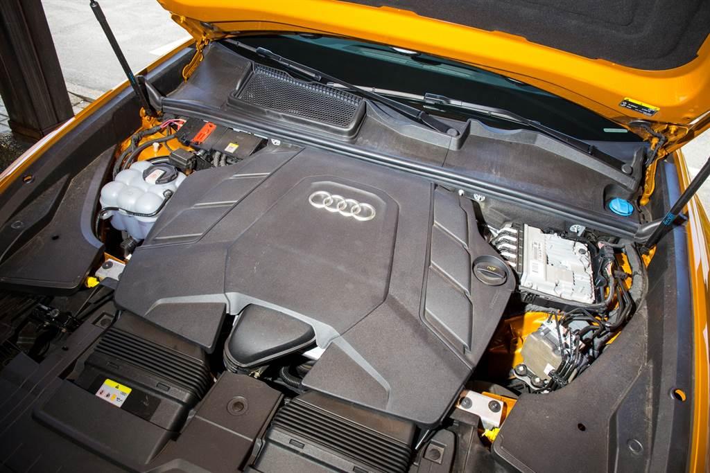 Q8所搭載的EA839引擎在Audi車系運用廣泛,以低渦輪遲滯與高效率著稱,在Q8之上還加上48V系統輔助,更將這兩項特點放大。(圖/陳彥文攝)