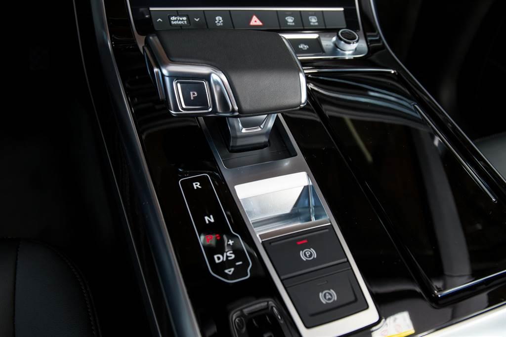 八速tiptronic手自排變速箱也是Audi旗艦車款上廣泛運用的變速系統,相較於強調性能的S tronic系統,tipronic更注重平順度。(圖/陳彥文攝)
