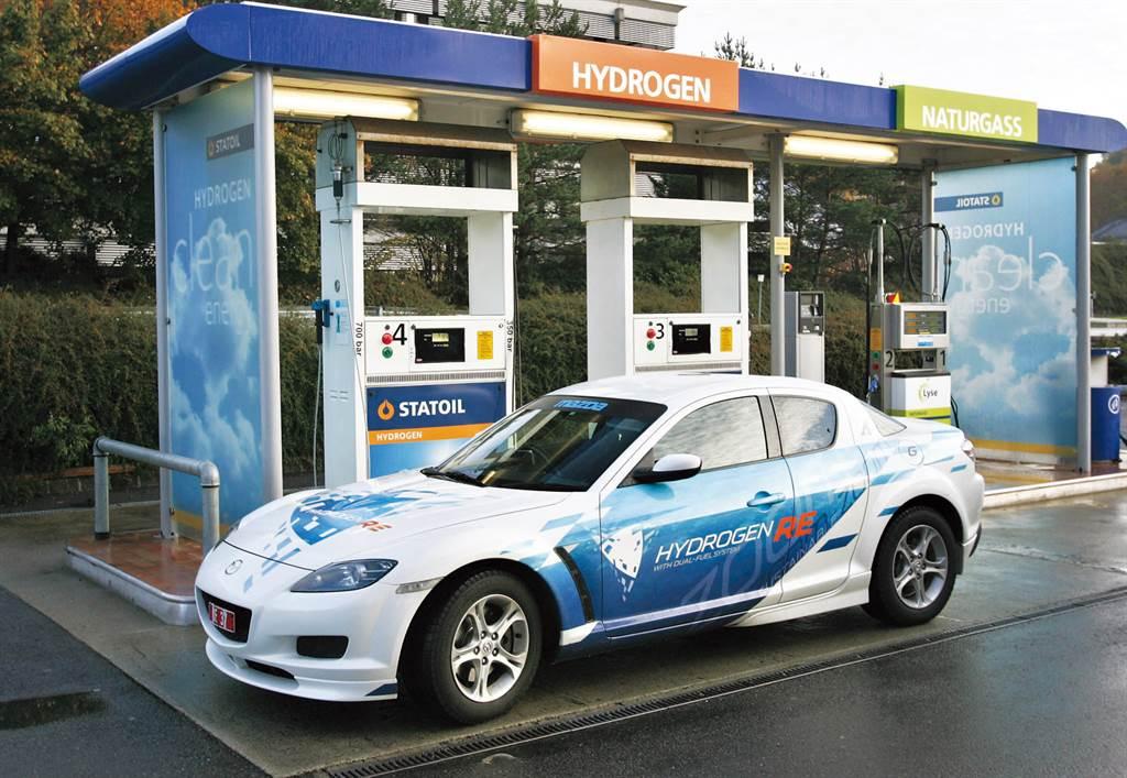 2004年Mazda曾以RX-8為基礎推出氫燃料/汽油雙燃料車,並在日本與挪威上路實測(圖/Mazda官網)