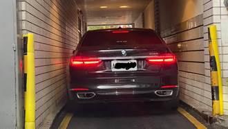 BMW大7為吃麥當勞 車身貼壁闖得來速 逾5千網噴冷汗