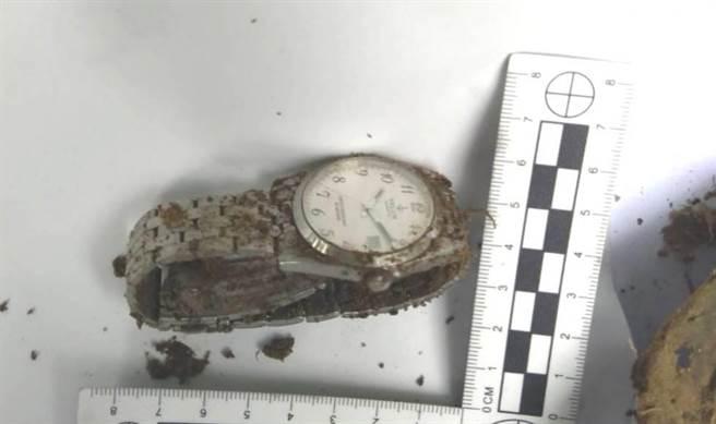 牛車伯的兒子指認這支手錶是其父親所用。(讀者提供)