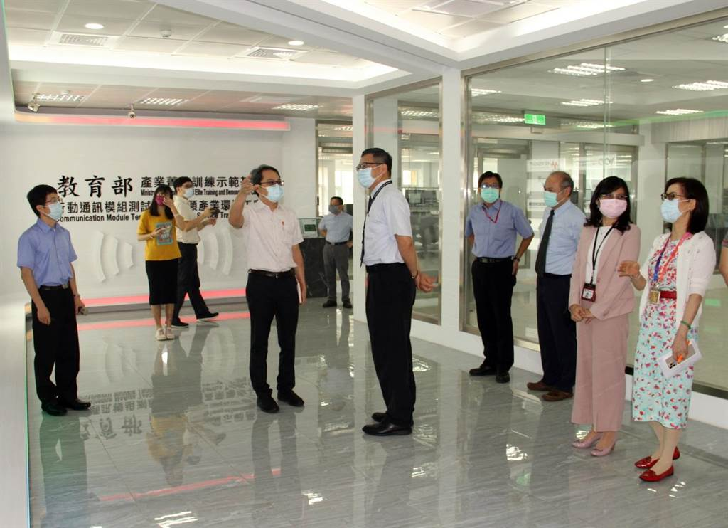 台積電廠長劉國洲率隊參訪龍華科大(5G)行動通訊模組測試與調校類產業環境工廠。(校方提供)