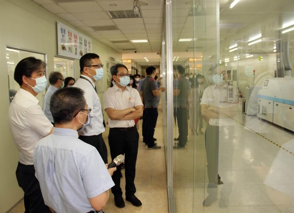 台積電廠長劉國洲一行參訪3D數位電路板設計暨智慧製造類產線工廠。(校方提供)