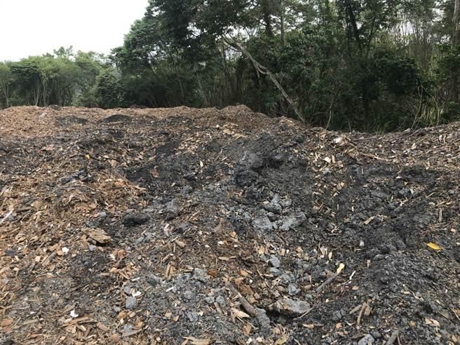 嘉義縣某處農地遭非法濫倒廢棄物發出惡臭。(嘉義地檢署提供)