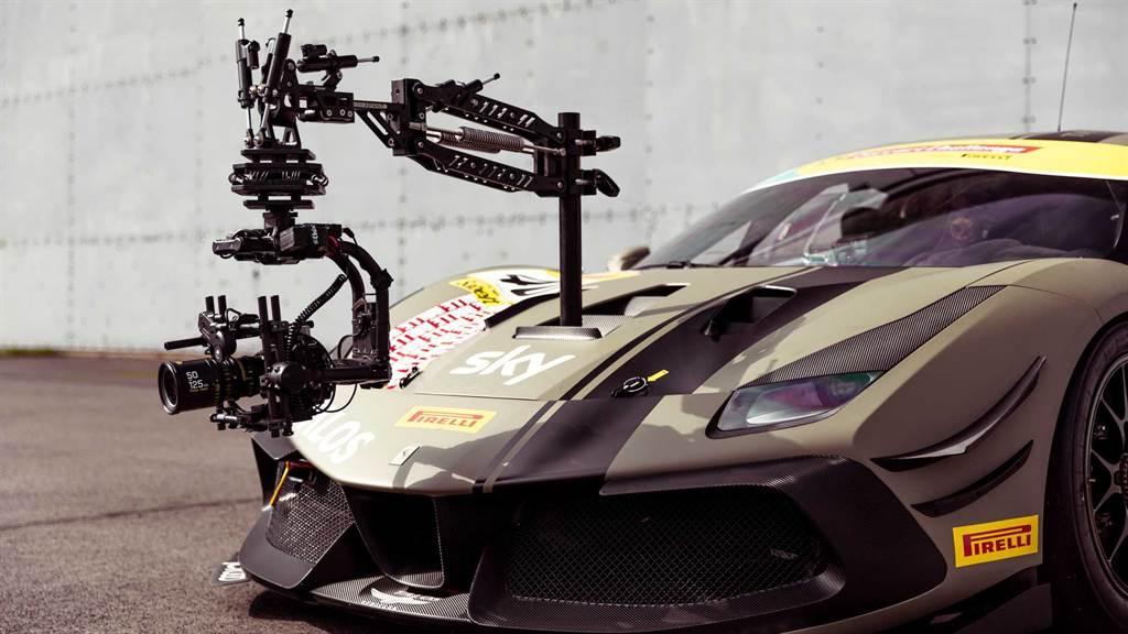 2021 British Motor Show上展出一輛「攝影廠車」,由Ferrari 488 Challenge統規賽車改裝而來。(圖/rallefilm IG)