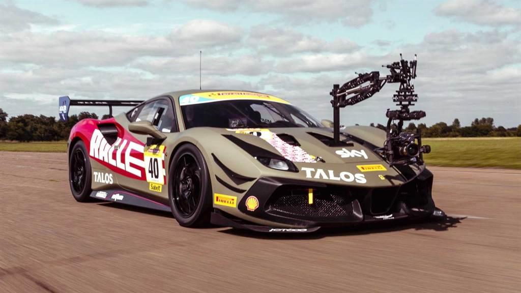 攝影公司Ralle委託當地客製改裝車廠打造,Ferrari 488 Challenge在未裝設攝影機前極速超過320km/h,而裝設攝影機後除了車輛本身性能,吊臂穩定器的承受風壓的能力也影響高速拍攝的能力。(圖/rallefilm IG)