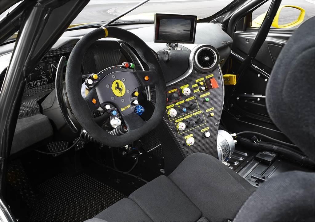 不同於超跑豪華的內裝,Ferrari 488 Challenge車內僅有各式儀表與安全裝備。(圖/Ferrari官網)