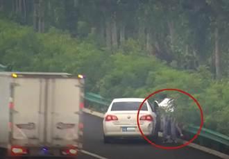 高速公路上吵架 妻裸體下車與尪打成一團