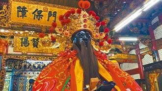 新竹城隍爺出神龕 戴口罩躦轎底