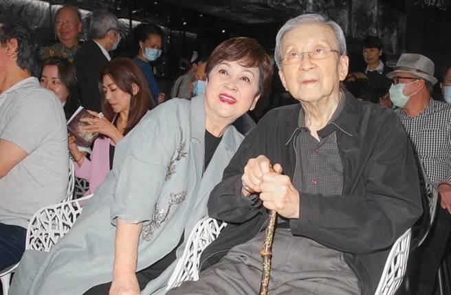 甄珍與李行去年出席周丹薇2020古焰鎏璃創作展。(資料照片)