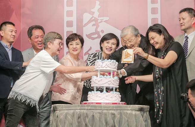 李行(右3)90歲壽慶時曾批評大陸金雞獎強撞金馬獎。(圖/中時資料照片)
