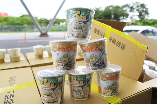 東石魚蝦貝類牡蠣運銷合作社捐贈即食文蛤湯杯給嘉義長庚醫院。(嘉縣政府提供/張亦惠嘉縣傳真)
