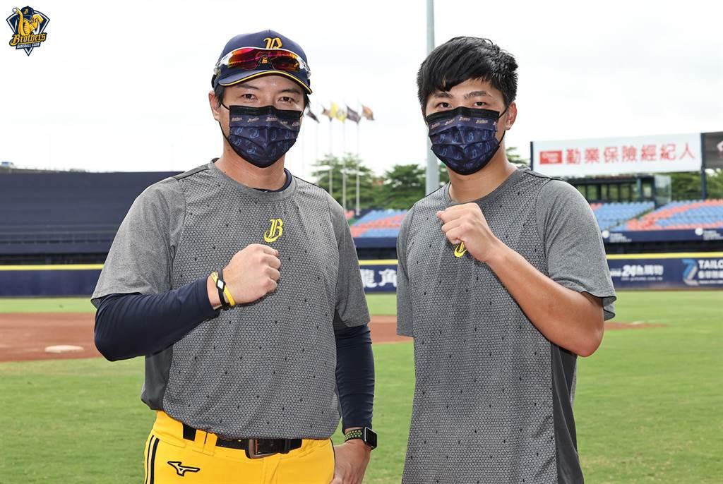 中信兄弟總教練林威助(左)與投手呂彥青。(中信兄弟提供)