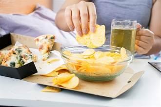 吃零食有多傷肝?多數人不知危險的「肝損傷線索」