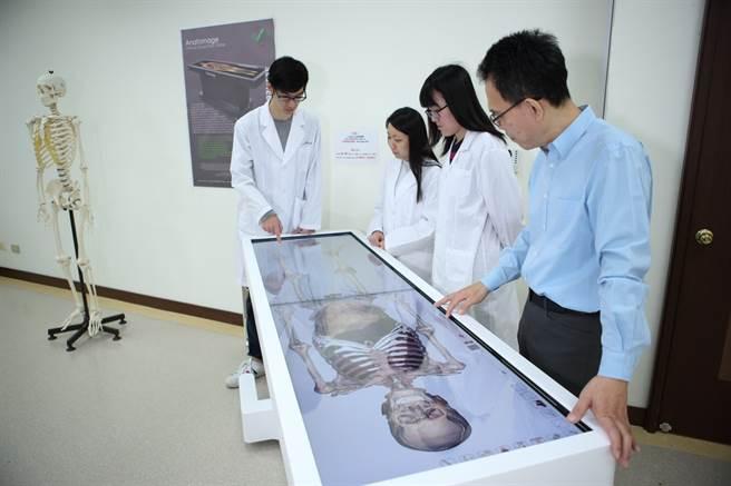 義大為少數有醫學院的綜合大學,跨域整合走出精彩。(義守大學提供)