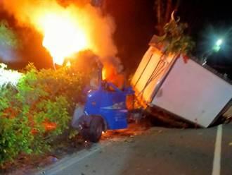 台3線玉井段小貨車疑自撞分隔島起火 受困駕駛獲救送醫